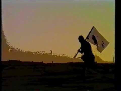 """מתוך הקליפ לשיר """"נושאי המגבעת"""". קשור בחוט לדגל דיכאוני"""