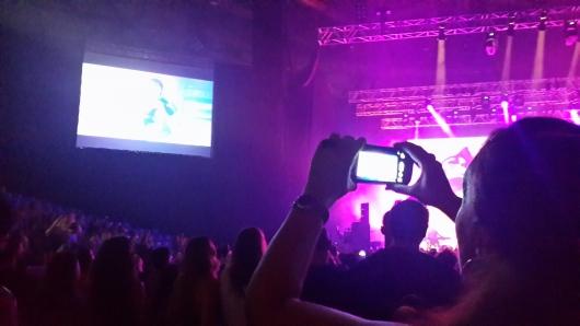 העתק של העתק. הצופה מצלמת קליפ מתוך מסך הווידיאו שבצד הבמה